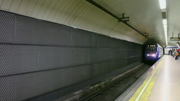 Lidé na stanici při příjezdu vlaku