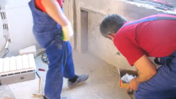 Arbeitnehmer, die Heizung Heizkörper ändern