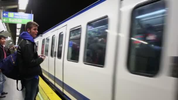 Lidé na platformě při příjezdu vlaku