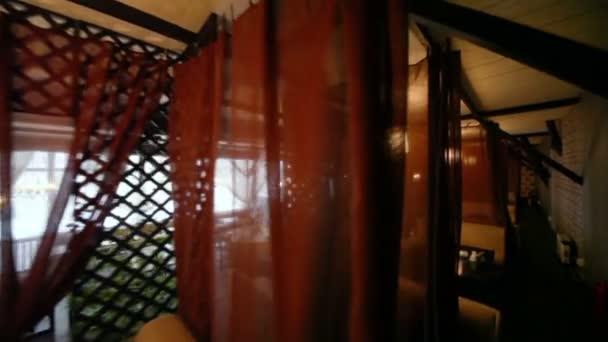 Kanapék, asztalok üres hangulatos étterem közelében