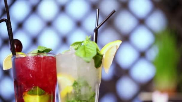 zwei leckere Cocktails