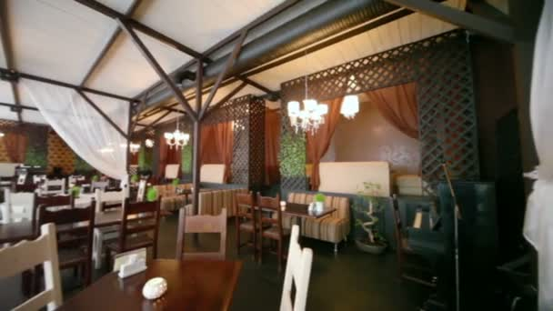 Panorama z prázdné útulné restaurace