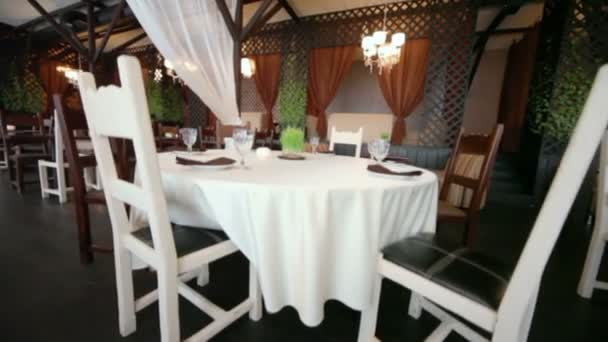 Židle u tabulek v prázdné útulné restauraci