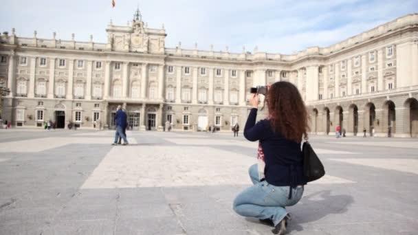 Žena dělá fotografie paláce