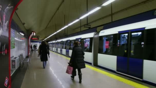 lidé na platformě při odjezdu vlaku