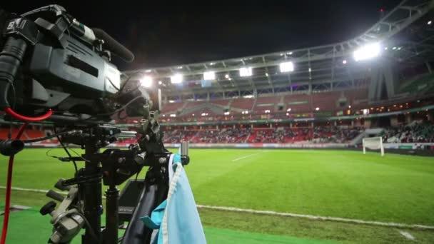 Videokamera a prázdné fotbalové hřiště