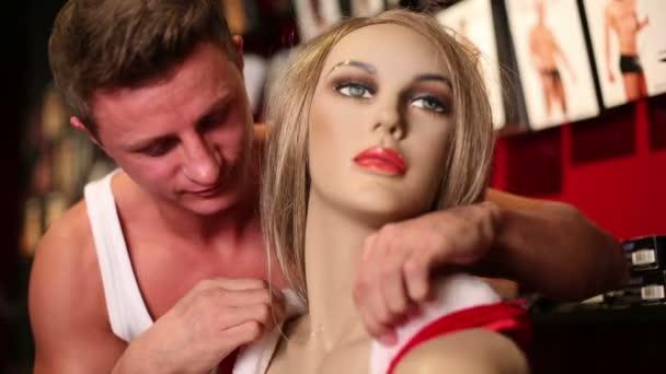 férfi ölelést és javítja a haj a manöken