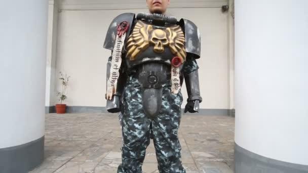 Mann verkleidet als Soldat am Festival everycon