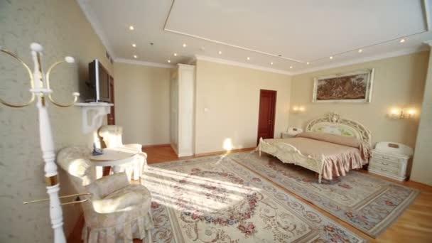 krásné jasné ložnice s křesly