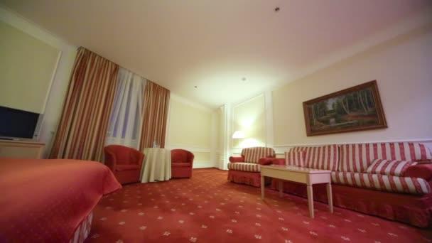krásná ložnice s měkkou prokládané postel