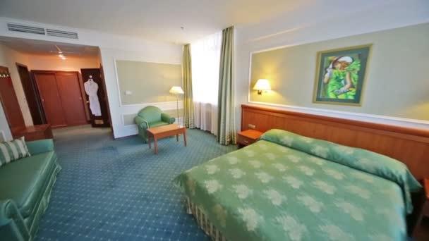 Luxusní ložnice s manželskou postelí