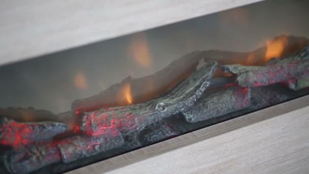 umělé krb s hořící malé klády