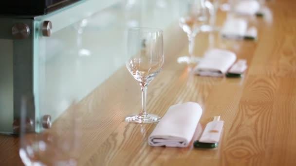mnoha sklenice na stole v útulné kavárně