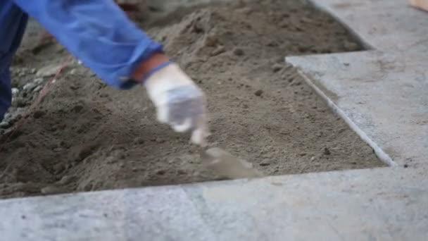 zkušený pracovník zarovná písek
