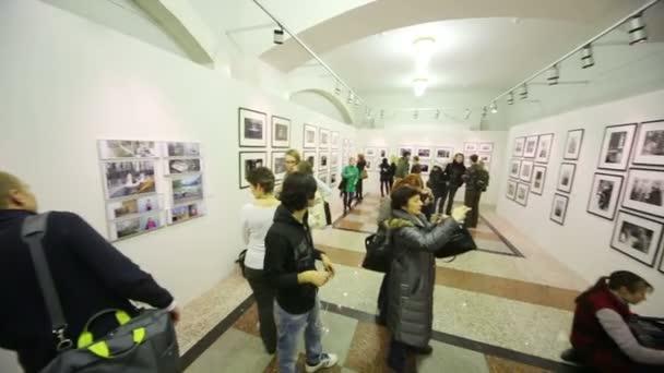 lidí s fotoaparáty a videokamery na výstavě