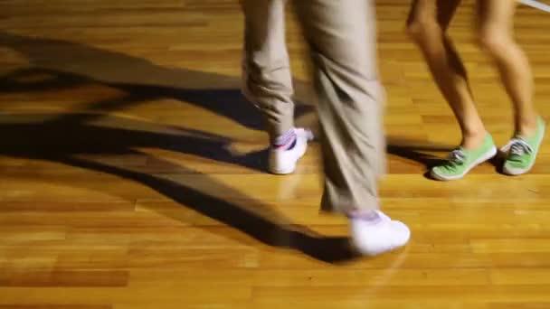 mužské a ženské nohy tanec