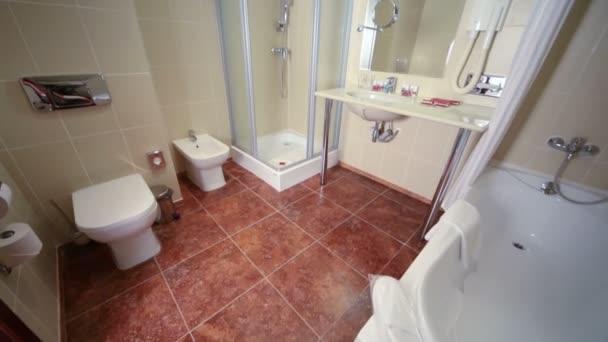 lehké prázdná koupelna s bílým koupel
