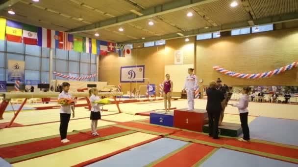 udělování vítězů na Mezinárodní gymnastické turnaj