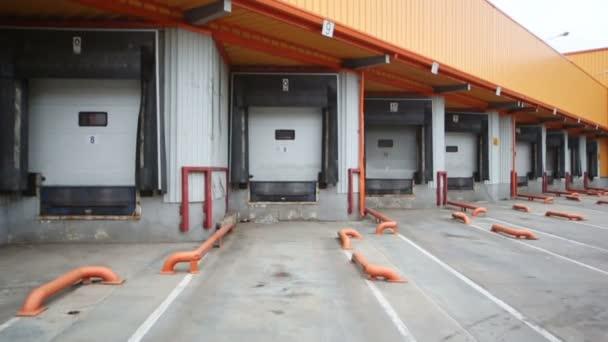 široké brány pro kamiony na sklad