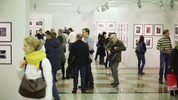 Návštěvníci výstavy stříbrný fotoaparát