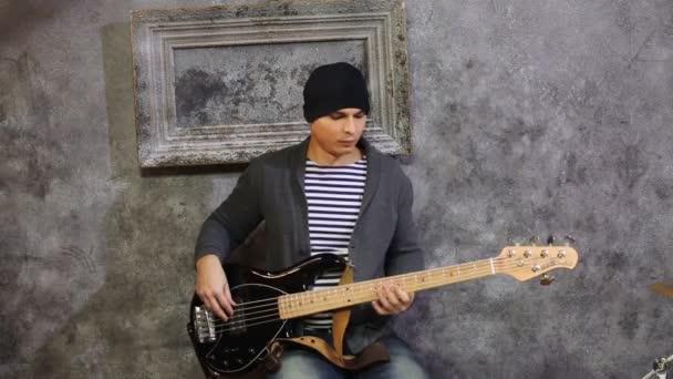 mladý muž s kytarou