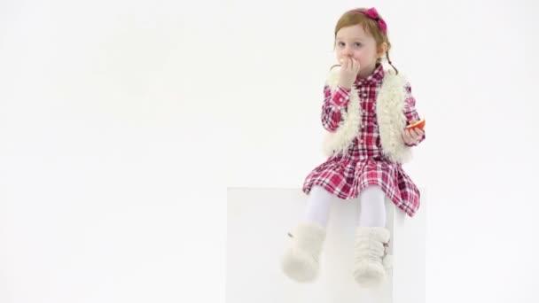 malá holčička v kožešinové boty