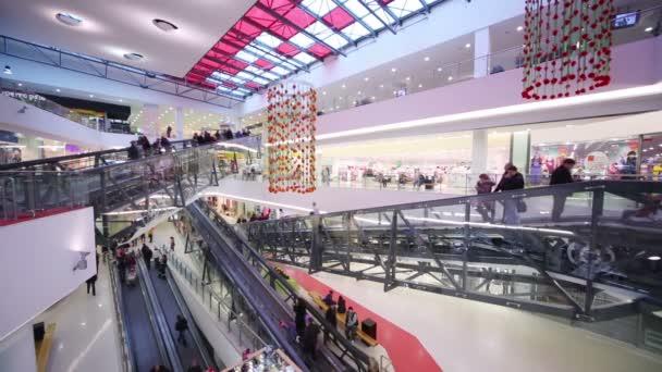 lidé se stěhují na eskalátorech v nákupní centrum