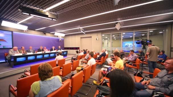 novináři na tiskové konferenci na tenisové mistrovství