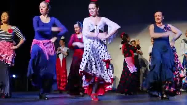 Frauen tanzen Zigeunertanz