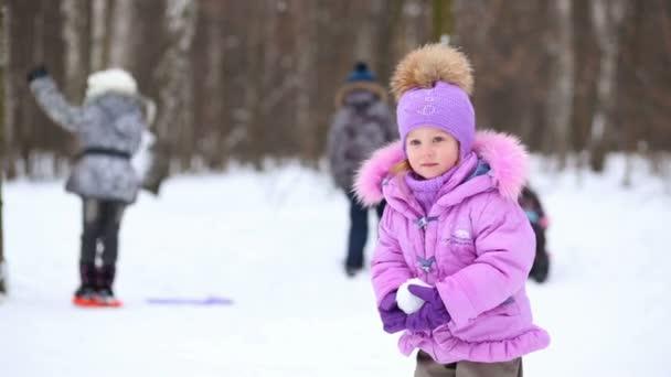 Roztomilá holčička, zvrací sněhová koule