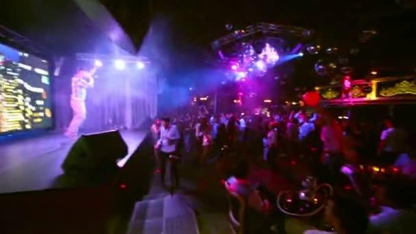 lidé tancují na parketu