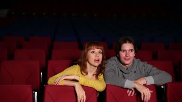 junger Mann mit Frau Film ansehen