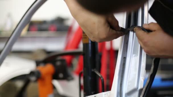 Mechanik servisní stanice odpřipojovat pečeť