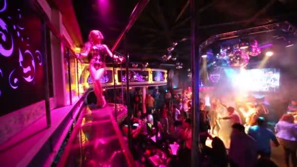 éjszakai klub, go-go lány táncok