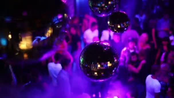 tükör-labdák forgatni tükröző fények, emberek tánc