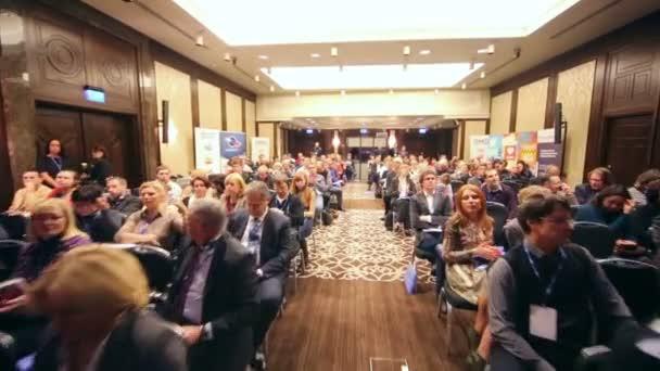Lidé na konferenci odborníků na mediální průmysl