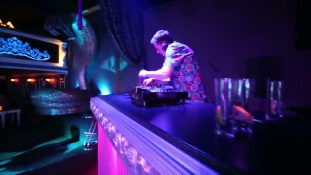 Desde cuidar la puerta hasta ser DJ residente.