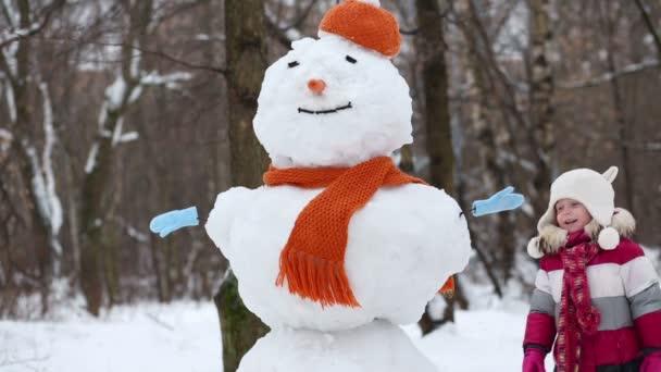 Malá holčička chodí po sněžněm