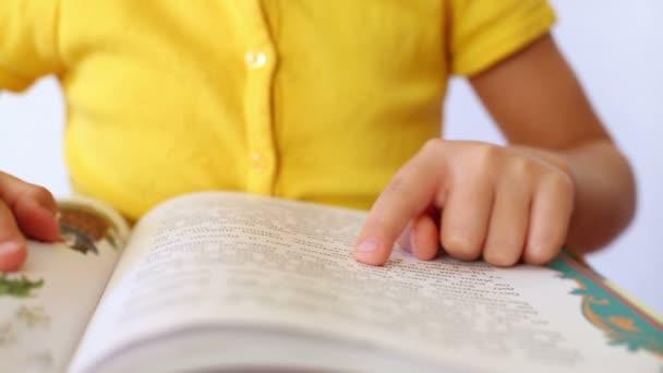 Kezében lány olvas könyvet