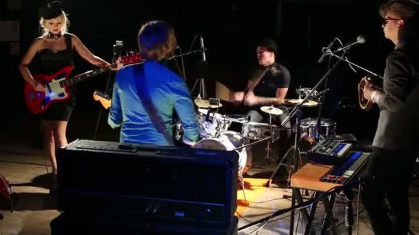 Rocková kapela hraje