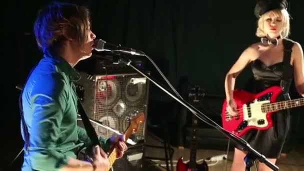 gitáros énekel, és nő gitározik
