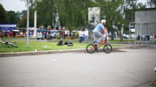 Kasktman skáče na kole ve výstavním centru