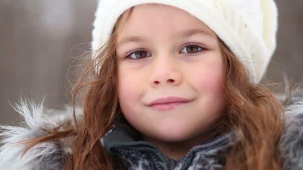 malá holčička v kabát s kožešinovým límcem