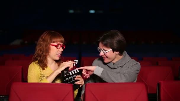 Férfi és lány a pohárban a moziban