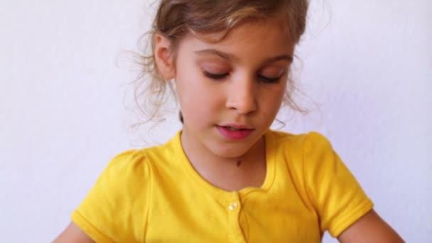 malá holčička čte knihu