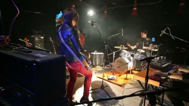 Rocková kapela ve studiu s kouřem