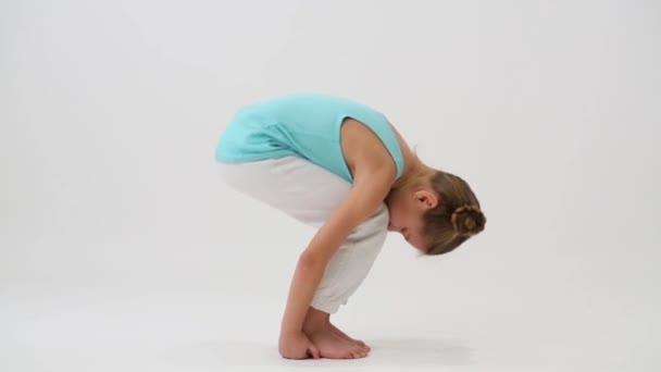 Flexibilní dívka dělá gymnastických cvičení