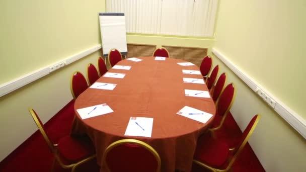 konferencia terem, melynek ovális asztal