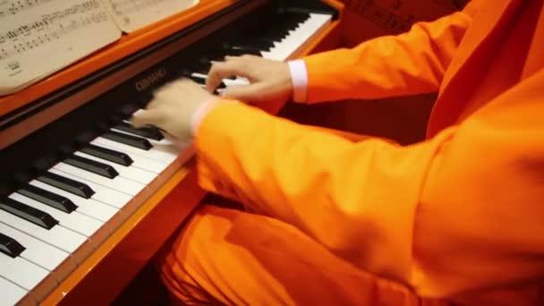 Hände spielen Klavier auf internationaler Ausstellung