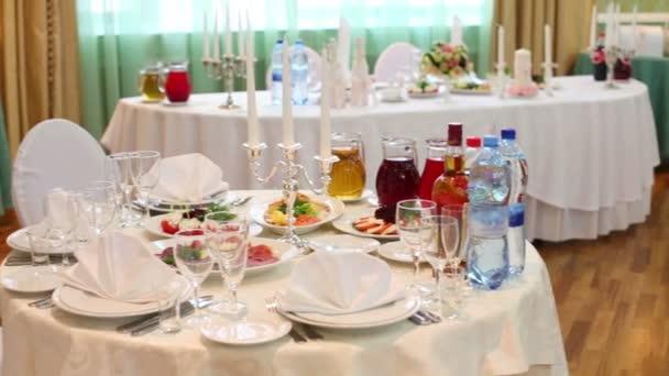 Stoly v restauraci pro svatební oslavu